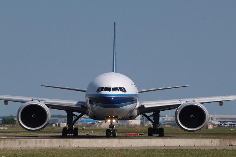 飛行機の離発着の写真